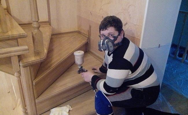нанесение лака на деревянную лестницу