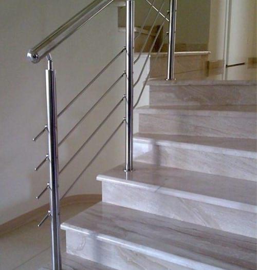 Металлические перила на бетонной лестнице