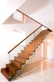 Деревянная лестница со стеклянным ограждением