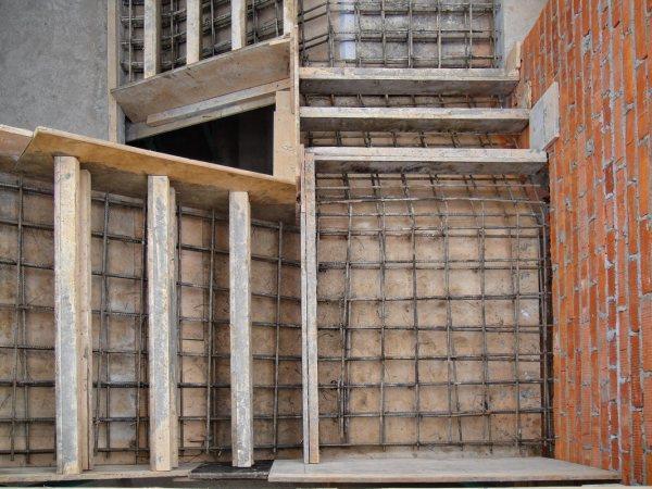 Бетонирование площадки лестницы в кирпичных стенах (вид сверху)