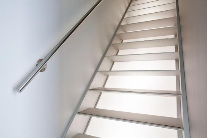 прямая лестница из металла на косоурах фото