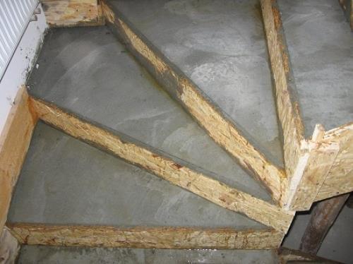 Заливка опалубки лестницы бетоном