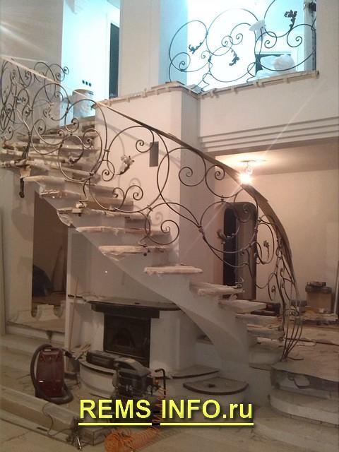 Бетонная лестница на второй этаж.