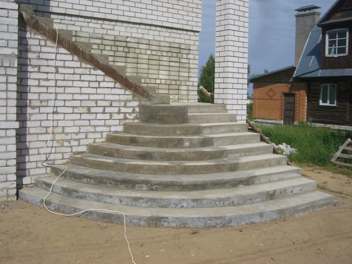 Полукруглая бетонная лестница для крыльца