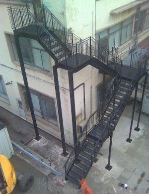 Угловая стационарная пожарная лестница