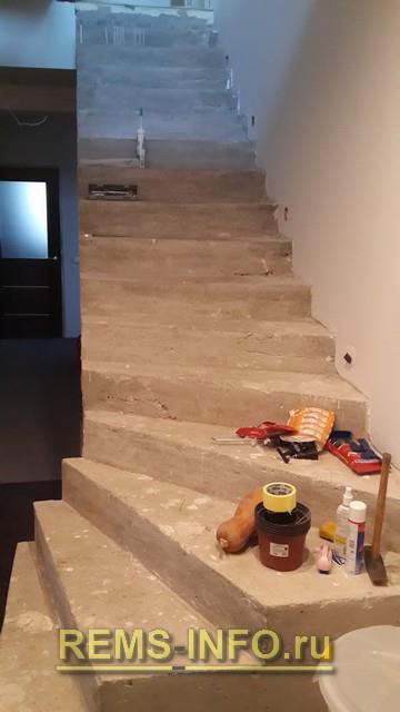 Общий вид бетонной лестницы до отделки.