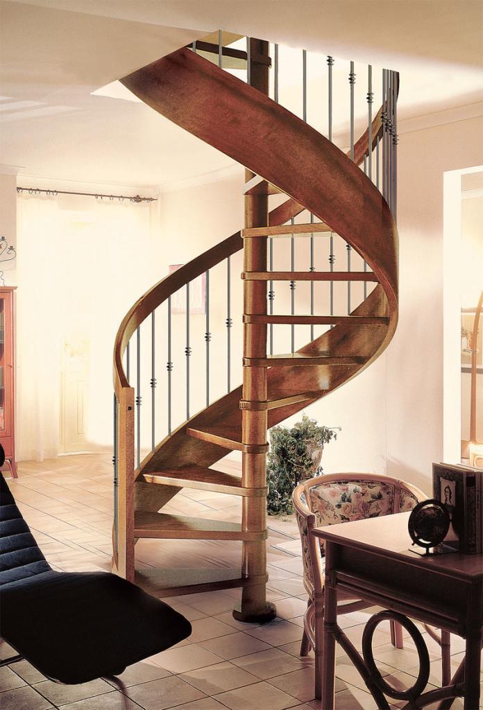 Несущая опорная колонна деревянной винтовой лестницы