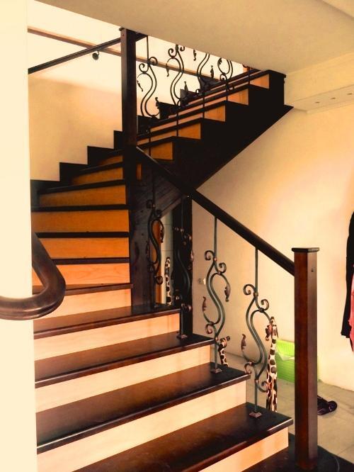 комбинированный вариант отделки лестницы