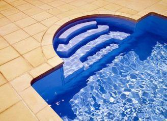 Устанавливая на дачном участке каркасный или простой надувной бассейн, а также начиная стройку капитального бассейна, вы должны обязательно позаботиться о его комфорте и безопасности
