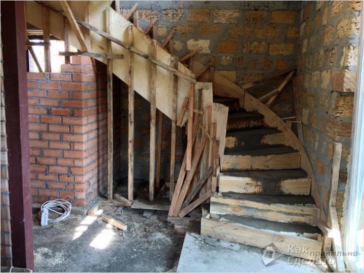 Поворотная монолитная лестница