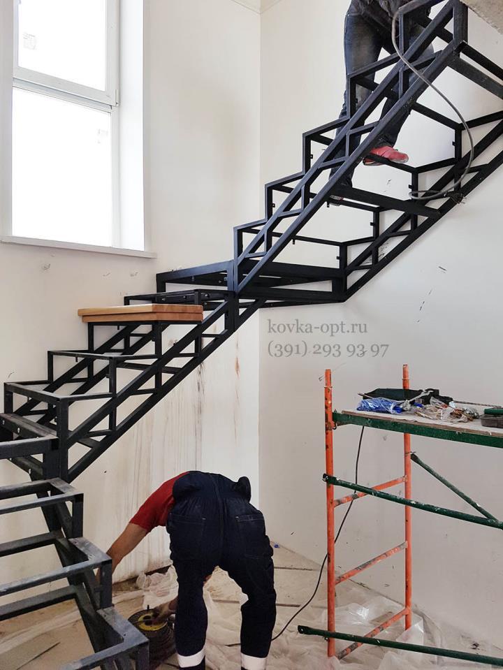 металлический каркас лестницы в доме