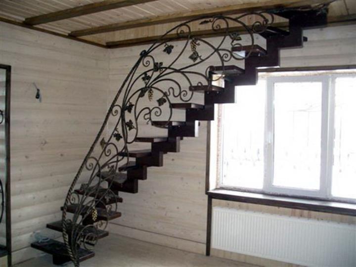 Варианты лестниц из металла