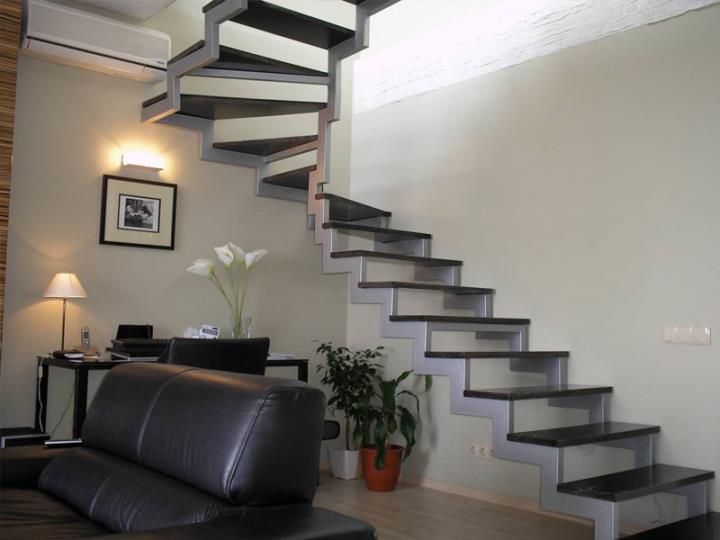 Металлическая поворотная лестница