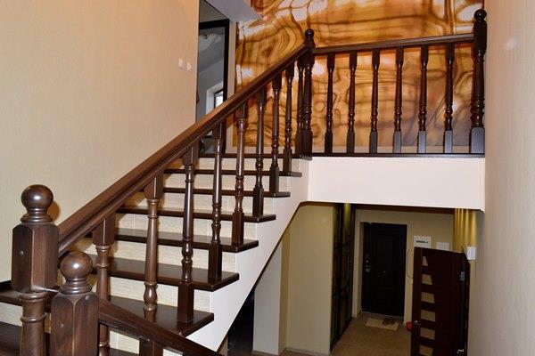 деревянное ограждение лестницы из бетона