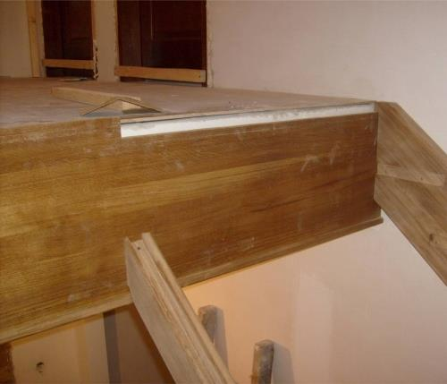 Закрепляем косоуры деревянной лестницы