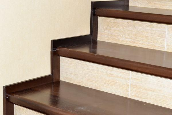 Особенности для отделки лестницы деревом