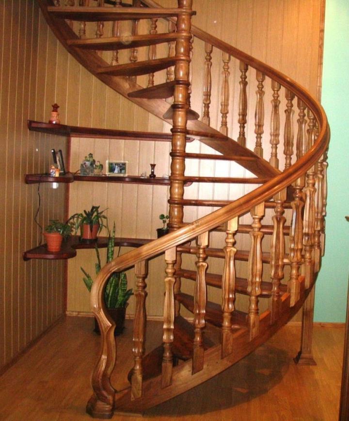 Декоративные колонны в деревянной лестнице