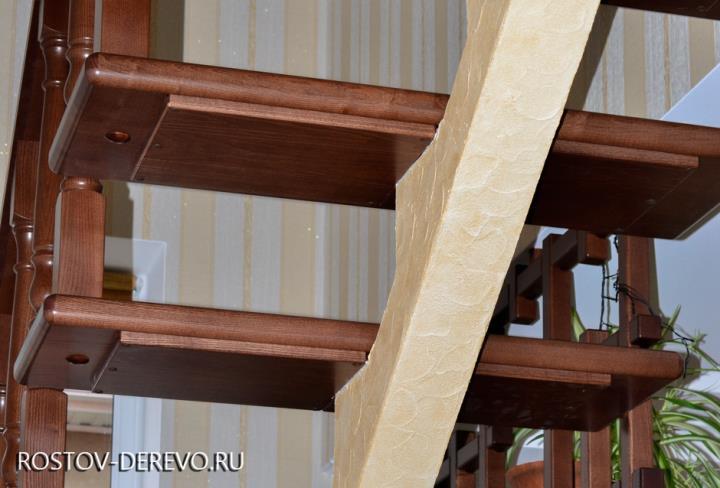 железный марш с деревянными ступенями
