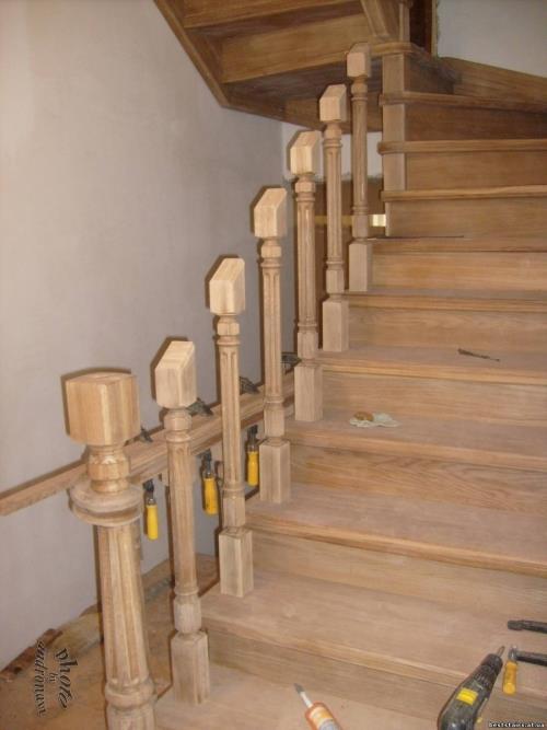 Установка балясин ограждения деревяной лестницы