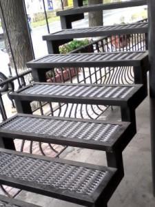 уличная пожарная лестница кафе