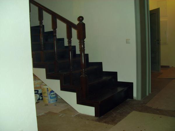 Готовая лестница с отделкой из дерева