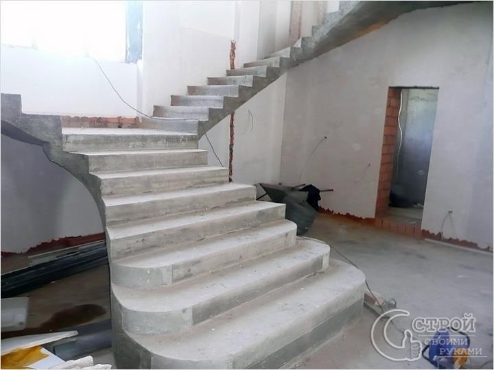 Лестница-монолит с закругленными ступенями