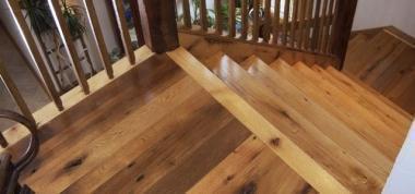 Покрытие лестницы бесцветным лаком