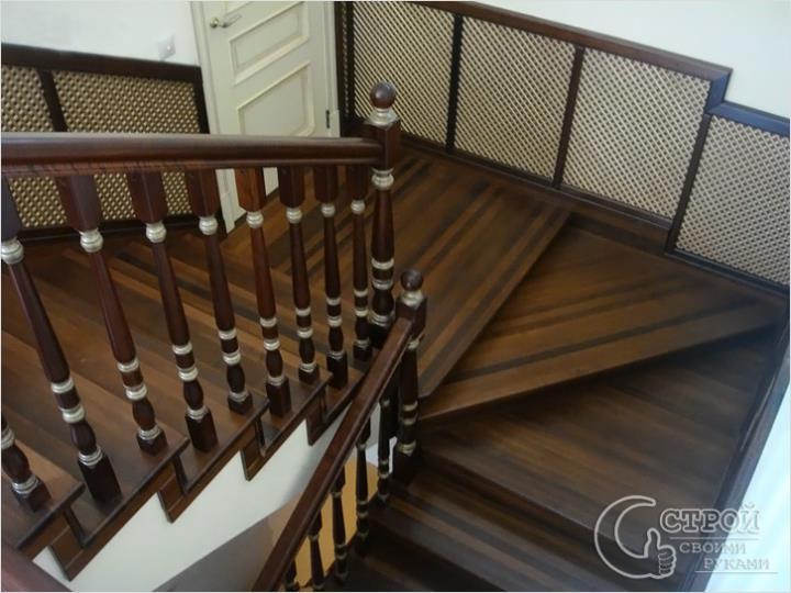 Бетонная лестница с деревянной облицовкой