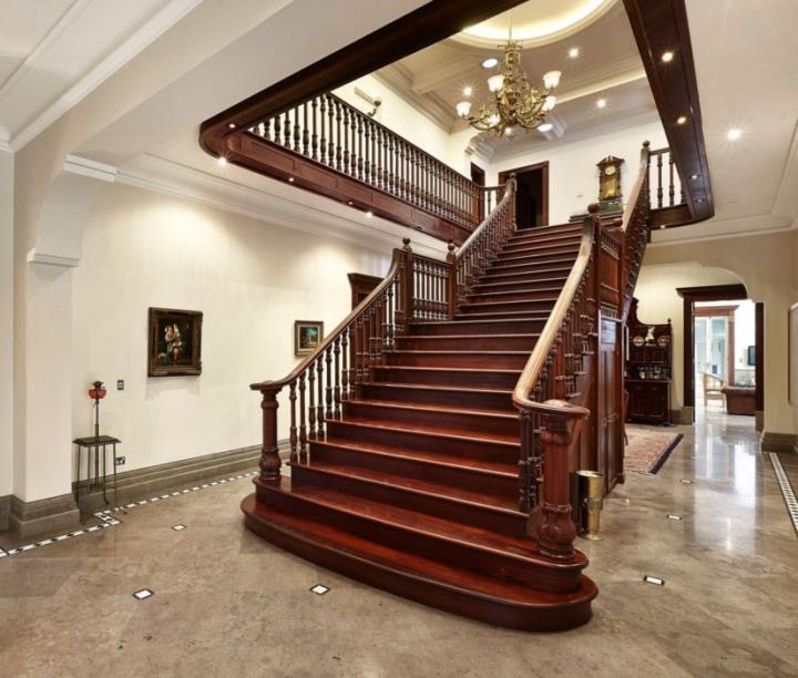 Маршевая деревянная лестница на второй этаж