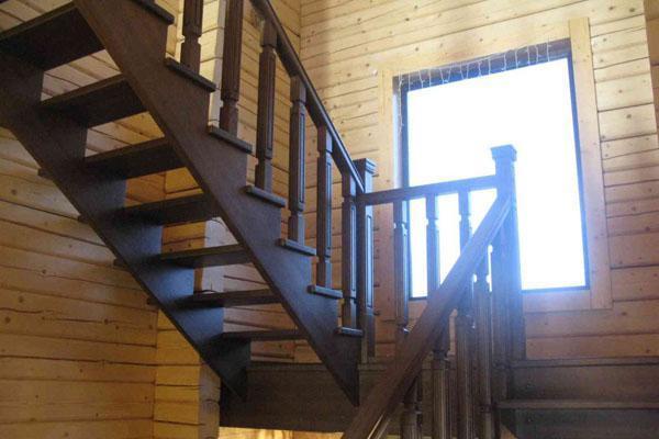 фото двухмаршевой лестницы из дерева