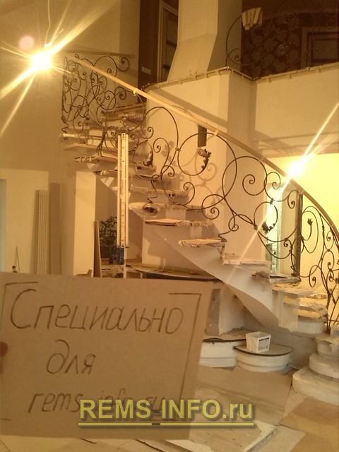 Фото готового поручня для лестницы сделанного нами из дерева.