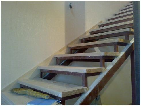 Один из этапов обшивки металлической лестницы