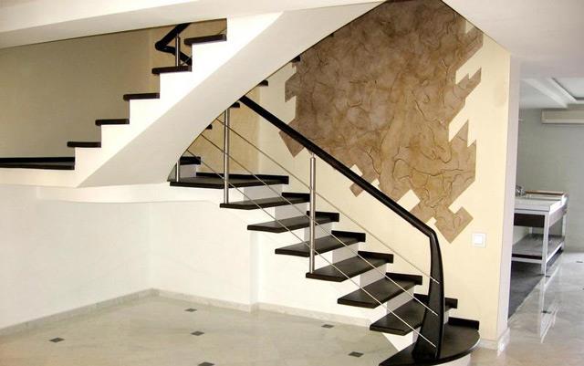 Бетонная лестница имеет широкие возможности для декоративной отделки