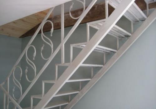 Перила в металлической лестнице