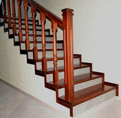 Облицовка лестницы деревом и плиткой