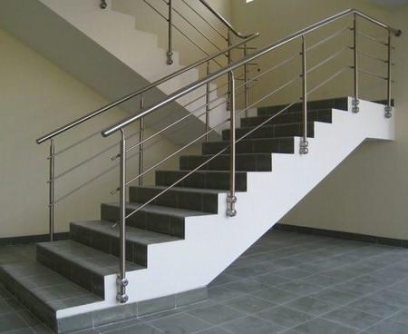 Перила на бетонной лестнице из нержавейки