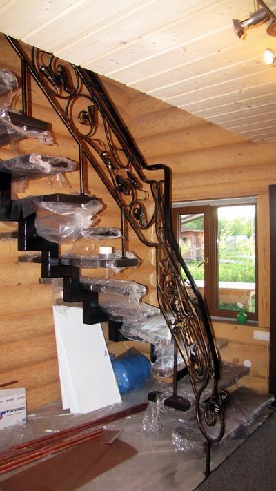 Металлические лестницы на второй этаж с коваными перилами.