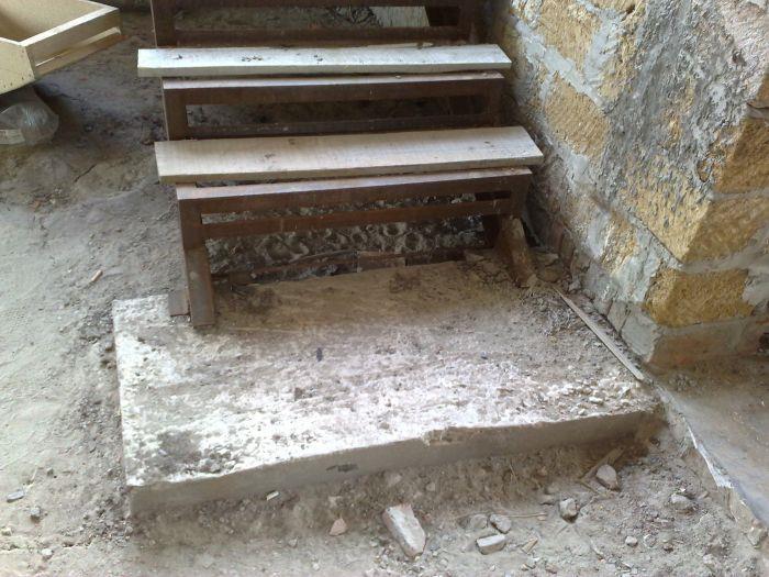Основа для металлической лестницы в подвал