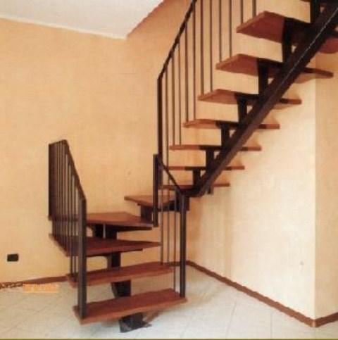 Металлическая лестница на косоуре