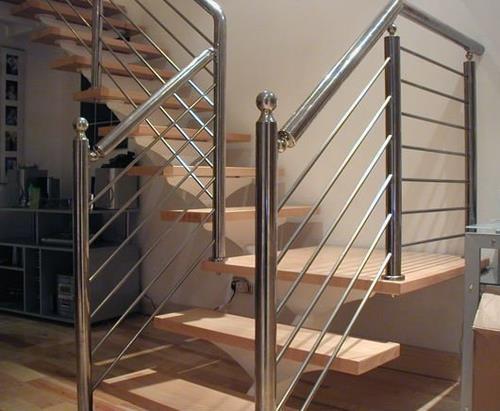 Хромированные перила лестницы