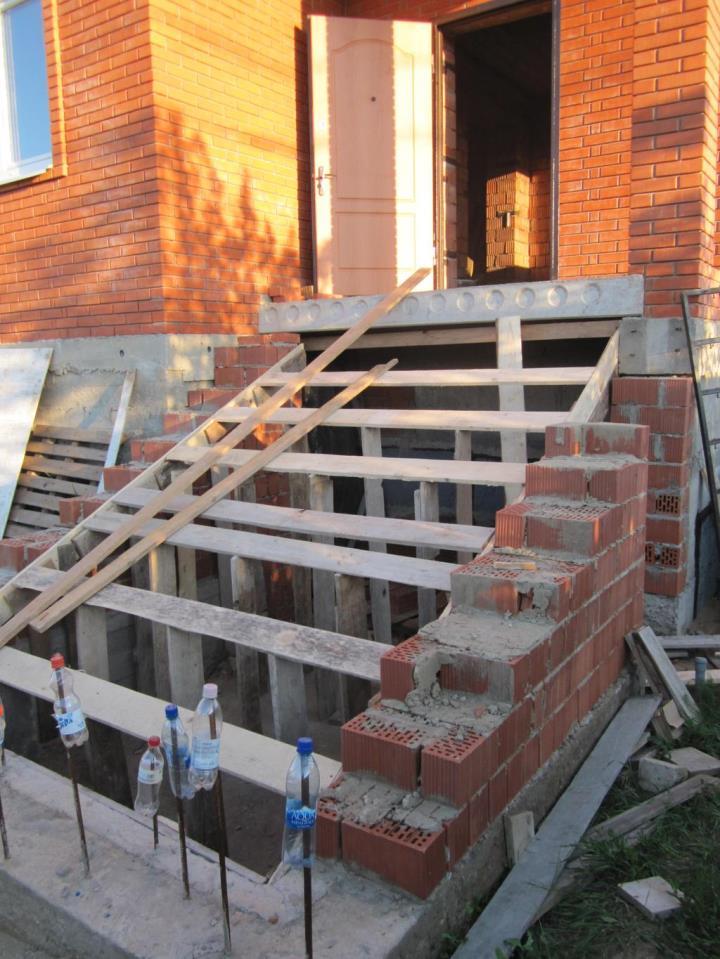 Крыльцо из бетона и кирпича