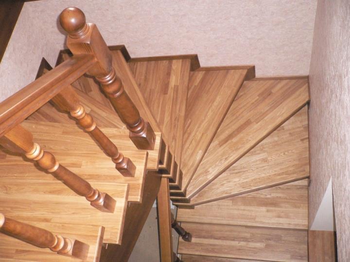 Деревянная поворотная лестница