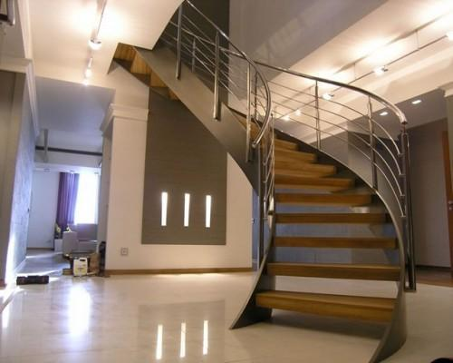 Лестница с металлическим каркасом на тетивах