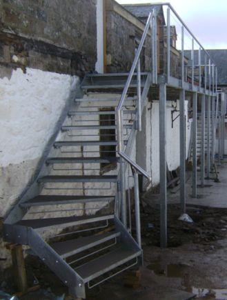 Уличная металлическая забежная лестница