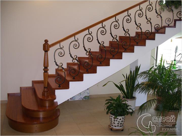 Лестница на косоурах с коваными перилами