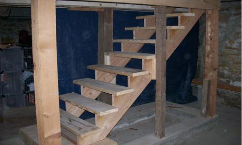 деревянная лесница в полуподвальных помещениях