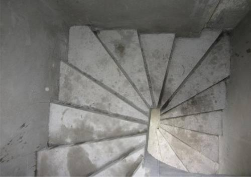 Бетонная лестница в коттедже